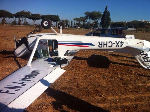 מטוס הצסנה הפוך לאחר התאונה. צילום: עמיר כהן