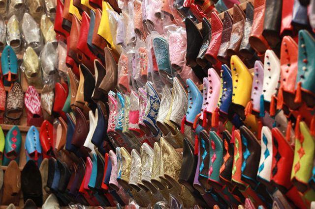 השוק במרקש עם הבאביש - הנעליים המרוקאיות המסורתיות בכל הצבעים. (צילום: ענבל כהן-חמו)