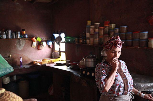 זוהרה המארחת במטבחה.  תנאי החיים בסיסיים. (צילום: ענבל כהן חמו)