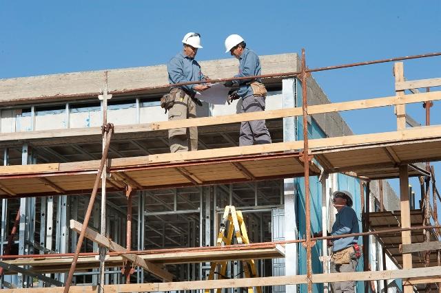 משקיפים על אתר הבנייה (צילום: אוסטק שמיר)