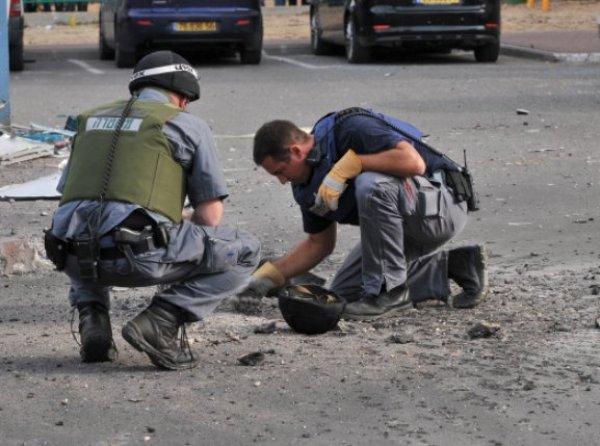 שוטרים מטפלים בשרידי רקטה (צילום: ארכיון: משטרת ישראל)
