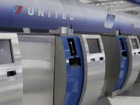 """דלפקי קבלת נוסעים לטיסה בשירות עצמי של חברת יונייטד בארה""""ב"""