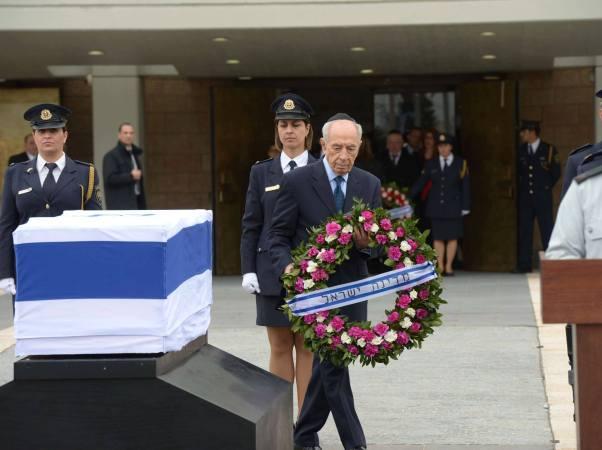 בין 15,000 ל-20,000 אזרחים חלקו כבוד אחרון לאריאל שרון