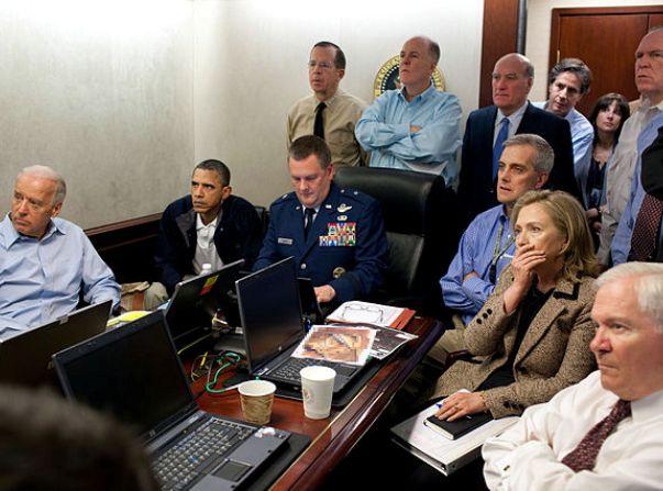 אובמה ובכירי הממשל ומערכת הביטחון האמריקניים עוקבים אחרי המבצע לחיסולו של אוסאמה בן לאדן, 1 במאי 2011 (צילום: ויקימדיה)