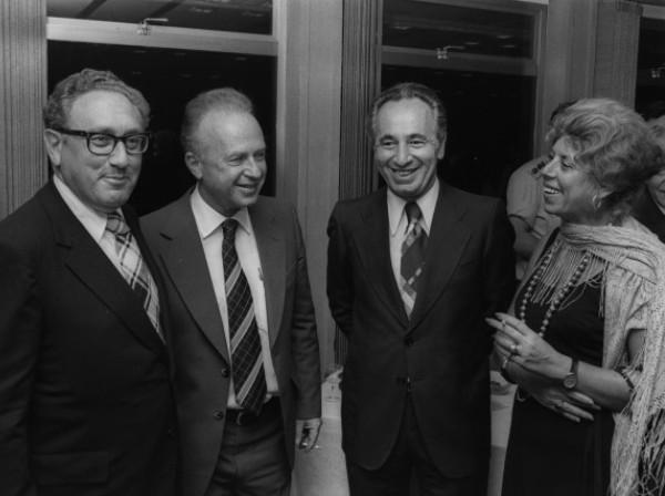 שולמית אלוני בצילום מימי ממשלתו הראשונה של יצחק רבין, עם רבין, פרס וקיסינג