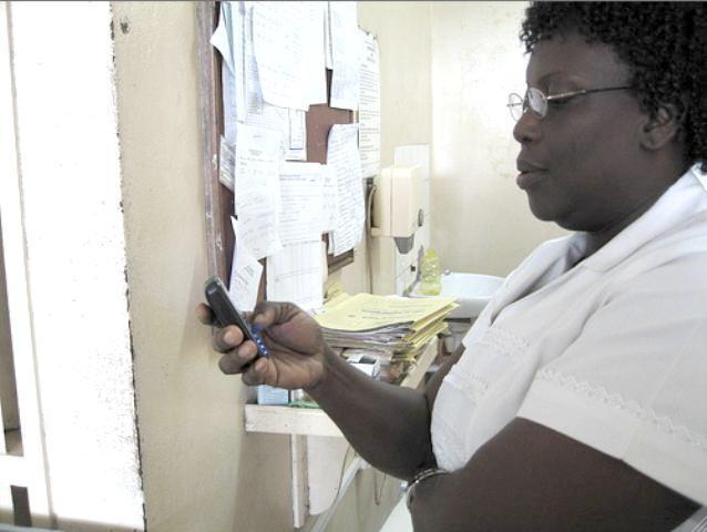 אחות בגאנה משתמשת בטלפון הנייד במידע mHealth