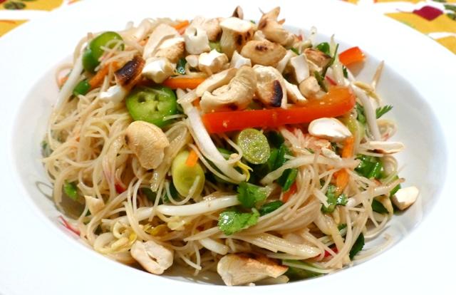 סלט אטריות אורז בתיבול אסייתי (צילום: אפי בלה)