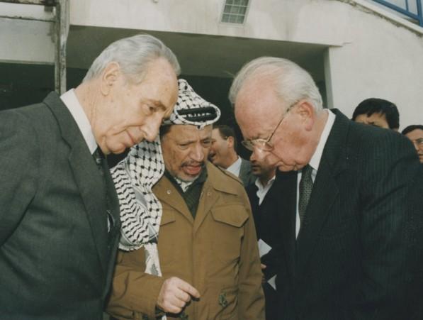 """הפלסטינים כבר הכירו במדינה היהודית. רבין ערפאת ופרס, 1995 (צילום: יעקב סער, לע""""מ)"""