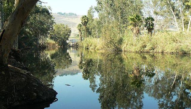נהר הירדן סמוך לכניסתו לכנרת. (צילום: ויקיפדיה)