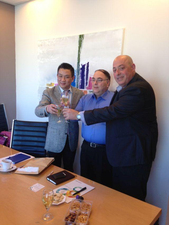 בצילום (מימין לשמאל)- גיא גולדיג ראש מינהלת פארק התעשיה בקיסריה, אבי בניהו והנציג הסיני רייקי זאנג