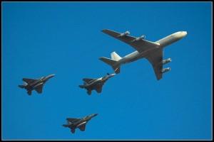 מטוס תדלוק של חיל האוויר, בעת תדלוק שלושה מטוסי אף-15. צילום: ויקיפדיה