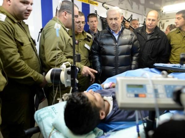 """נתניהו מבקר את אחד מהפצועים הסוריים המטופלים בישראל. (צילום: קובי גדעון/לע""""מ)"""