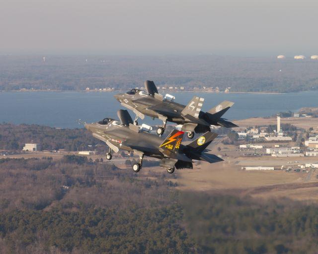 מטוסי קרב משולב F-35B מבצעים פניה בטיסת מבנה הדוק. צילום:
