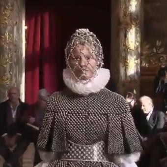 אלמנטים ממלתחתה של אן בולין: שיבוץ פנינים ומחוך מתכתי