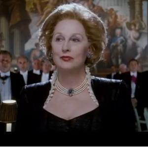"""מרגרט תאצ'ר (בגילומה של השחקנית מריל סטריפ) בצווארון גבוהה וענק פנינים. מתוך הסרט """"אשת הברזל"""" (2011)"""