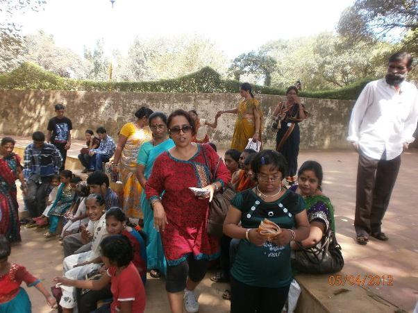 יעל במהלך פעילות בקרב נשים בהודו