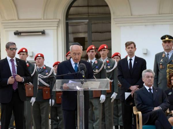 """הנשיא ונשיא אוסטריה בטקס זיכרון לקורבנות השואה בכיכר היודנפלאץ בווינה (צילום: מארק ניימן, לע""""מ)"""