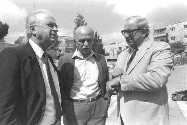 """עם ראש הממשלה יצחק רבין והנשיא יצחק נבון (צילום: לע""""מ)"""