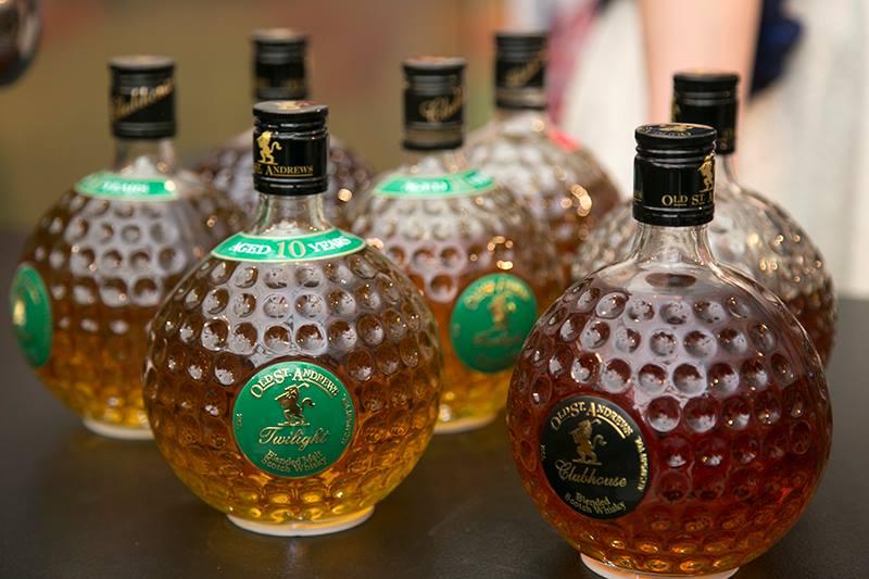 בקבוקים בצורות נדירות, אורות מנצנצים ועיצובים מלטפים (צילום: דן בר-דוב)