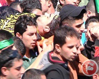אחד המחבלים נישא על כתפים בעת ההלווויה (צילום סוכנות מען)