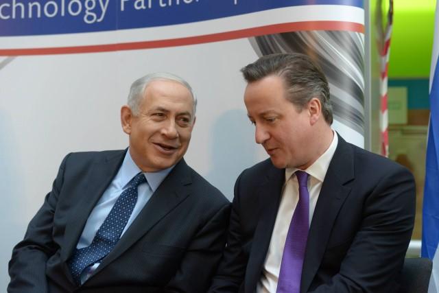 """נתניהו וקמרון בסיור במפעל """"טבע"""" סירושלים. (צילום: עמוס בן גרשום/לע""""מ)"""