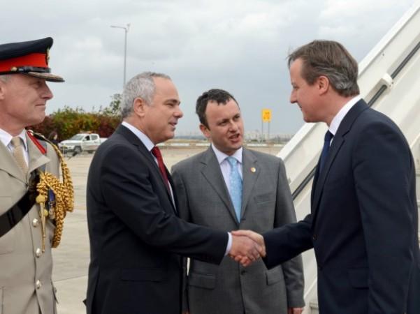 """ראש ממשלת בריטניה מתקבל ע""""י שטייניץ עם נחיתתו בנתב""""ג (צילום: חיים צח, לע""""מ)"""