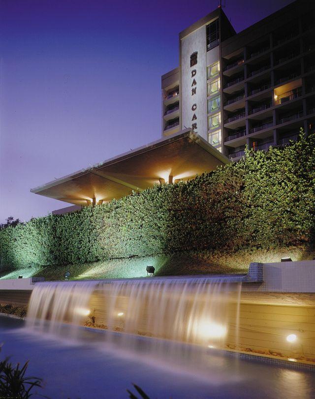 מלון דן כרמל בלילה. הבריכה החצי אולימפית עברה שיפוץ מקיף. (צילום: אורי אקרמן)