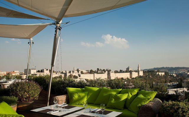 מסעדת הגג של מלון ממילא בירושלים, ממנה ניתן לצפות בחומות העיר העתיקה