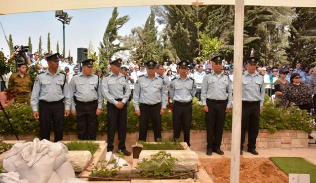 קציני המשטרה על קברו של חברם