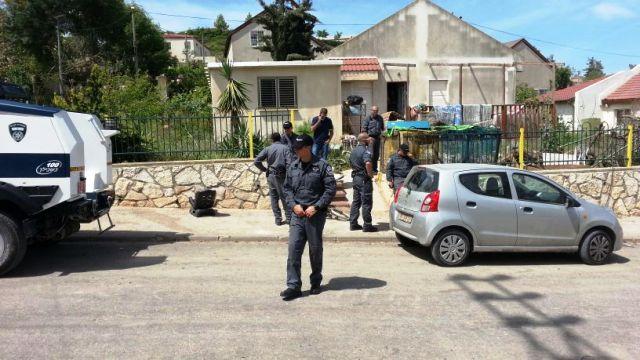 """שוטרי היס""""מ מחוץ לבית הרב ביצהר (צילום: הקול היהודי)"""