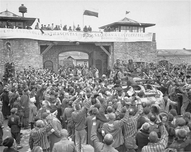 """ניצולים במחנה מטהאוזן עם כניסת המשחררים חיילי צבא ארה""""ב ב-1945. צילום: ויקיפדיה"""