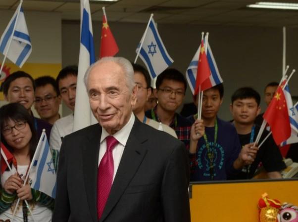"""דגלי ישראל וסין בטקס השקת עמודו הרשמי של הנשיא פרס (צילום: עמוס בן גרשום/לע""""מ)"""