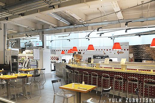 אחת המסעדות במתחם. אפשר לעצור בין הקניות ולאכול.  צילום: יולה זובריצקי