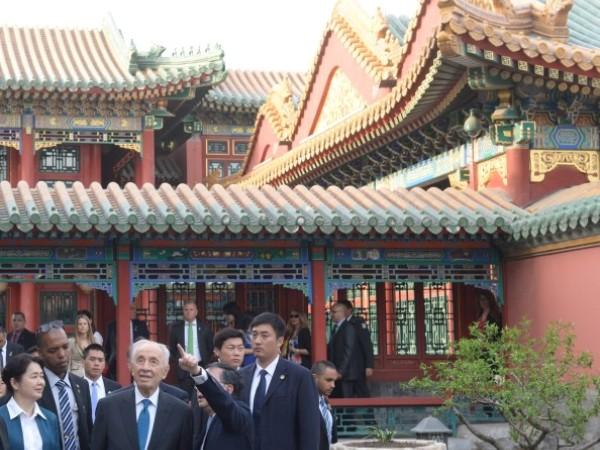 """שמעון פרס ואנשי עסקים סיניים ב""""עיר האסורה"""" (צילום: עמוס בן גרשום)"""