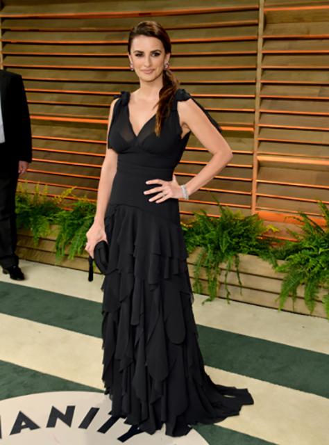 פנלופה קרוז בשמלה שחורה מתוך קולקציית Conscious Exclusive, במסיבת 2014 Vanity Fair שנערכה במסגרת אירועי האוסקר. צילום: H