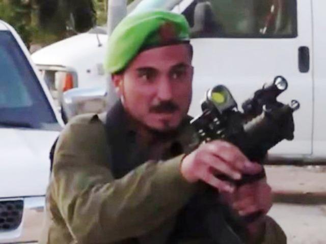 החייל דורך את נשקו (צילום-מסך)