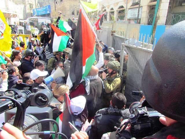 הפגנת צעירים פלסטינים בחברון הם מצלמים, חיילי צהל מצלמים. כולם מצלמים את כולם (צילום מאתר הפייסבוק של צעירים נגד התנחלויות)