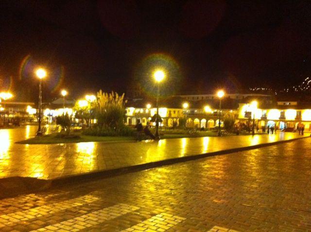 כיכר אראמס בלילה. לב העיר ואבן שואבת למטיילים. (צילום: ענת מנדל)