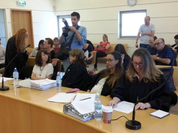 להגדיל את קצבת הביטח לשוכרי דירות - עורכת הדין משכית מנדל מהאגודה לזכויות האזרח (ראשונה מימין)
