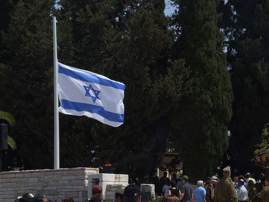 לרגל יום הזיכרון לחללי מערכות ישראל, דגל ישראל יורד לחצי התורן. (צילום: ויקימדיה)