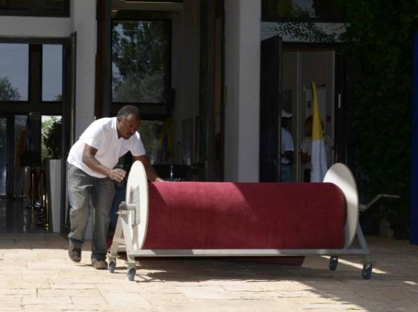 """מכינים את השטיח האדום בבית הנשיא (צילום: מארק ניימן/לע""""מ)"""