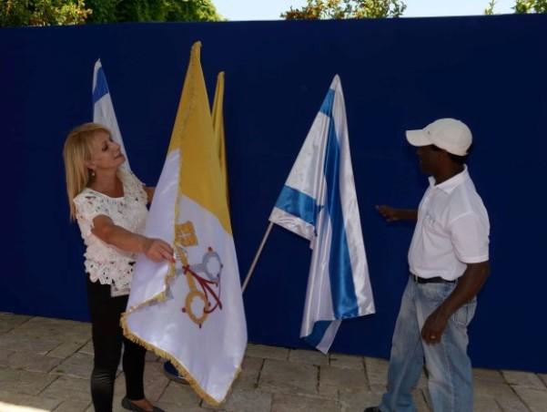 """דגלי הוותיקן לצד דגלי ישראל בבית הנשיא (צילום: מארק ניימן/לע""""מ)"""