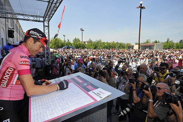 מודנה. קאדל אוואנס (BMC) חותם על התיצבות למקטע 10. התחיל ונשאר עם החולצה הוורודה. צילום: Gian Mattia D'Alberto / lapresse