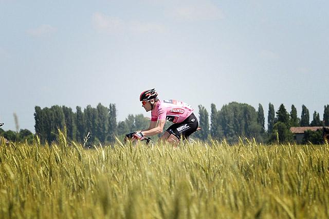 קאדל אוואנס (BMC) רוכב בשדות אמיליה-רומאניה. צילום: Fabio Ferrari - LaPresse