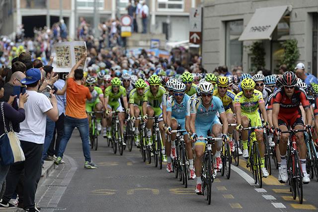 קדימה: רוכבי אסטנה, מאחוריה - קאנונדייל בירוק ולצידם קשה לפספס רוכב בודד בצהוב הזוהר של נרו סוטולי וגם את האדום של BMC. צילום: Fabio Ferrari - LaPresse