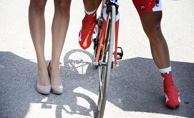 פתיחת המירוץ: מימין: הצל והרגליים של נאסר בוהאני בתלבושת האדומה (מוביל בדירוג הנקודות), שגם זכה במקטע.  צילום: Fabio Ferrari - LaPresse