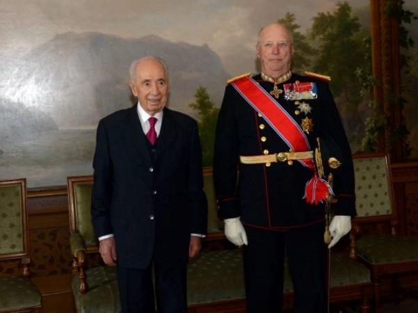 """נשיא המדינה, שצעון פרס, עם מלך נורבגיה בארמונו (צילום: חיים צח/לע""""מ)"""