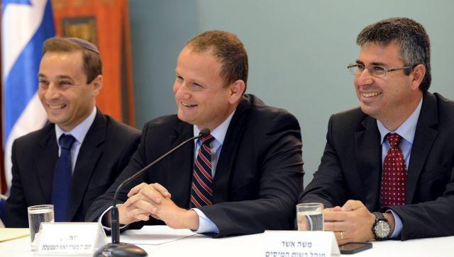 """מימין לשמאל: משה אשר, מנהל רשות המיסים, הראל לוקר, מנכ""""ל משרד ראש הממשלה, פול לנדס, ראש הרשות לאיסור הלבנת הון ומימון טרור"""
