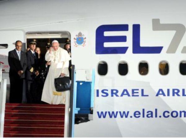"""האפיפיור נפרד לשלום בפתח מטוס אל על. מקבלים את פניו מנכ""""ל אל על דוד מימון והקברניט ירון שמעוני. צילום: סיון פרג'"""