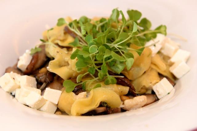 """רביולי גבינת עזים של """"פסטה נונה"""" במרווה ופטריות"""